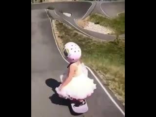 Трехлетняя малышка поразила Сеть своим умением кататься на скейтборде