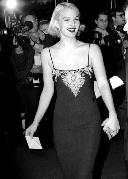 В 80-ые и 90-ые Голливуд захлёстывали волны слухов о режиссерах, которые насилуют начинающих актёров. Одной из жертв стала Дрю Бэрримор. Актриса призналась, что жить половой жизнью начала в 7