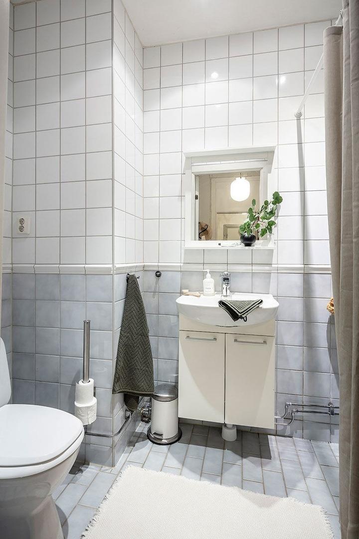 Маленькая двухкомнатная квартира в тёплых тонах с уютным балконом (46 кв.