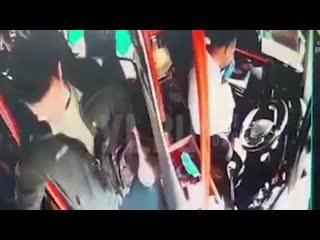 Во Владивостоке агрессивный пассажир сломал нос водителю автобуса и сбежал