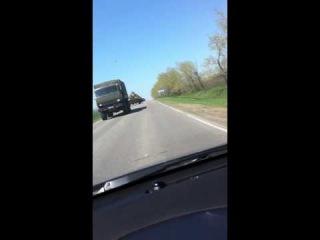 Колонна российской бронетехники движется к границам Украины.