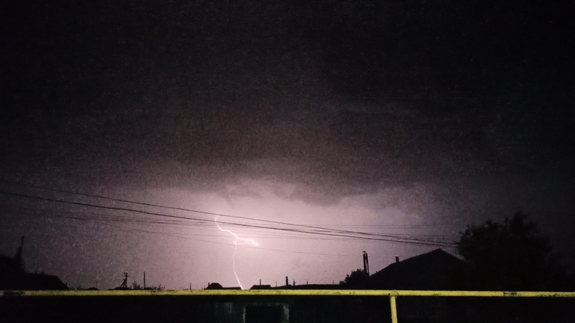 Молния опасна ударом не только в электропровода, но и в провода телефонной линии.