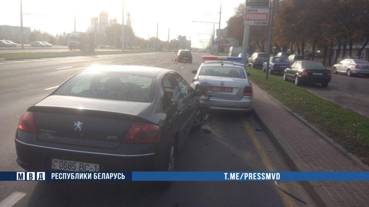 В Бресте пьяный водитель на «Пежо» врезался в автомобиль ГАИ