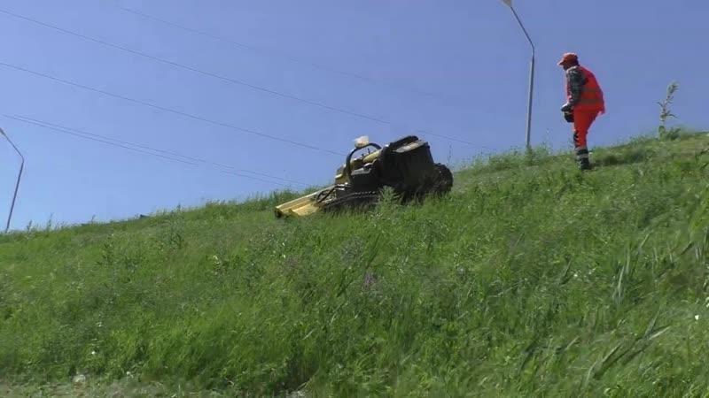 Роботы-косильщики срезают траву на обочине федеральной трассы в Ставрополье