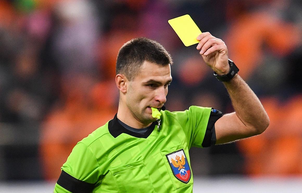 Алексей Сухой показывает желтую карточку. Арбитр