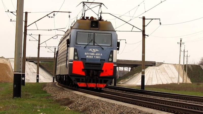 Электровоз ВЛ11М6 499 с грузовым поездом и приветливой локомотивной бригадой 12 04 2014