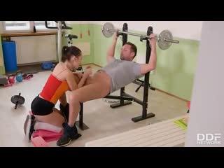 Худая фитоняшка отсасывет тренеру прямо во время тренировки и подставляет попку  Sasha Rose anal porn teen school оргия секс