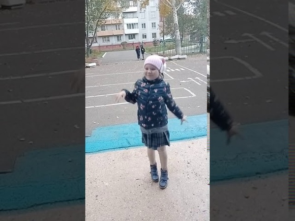 Ариша ловит первый снег