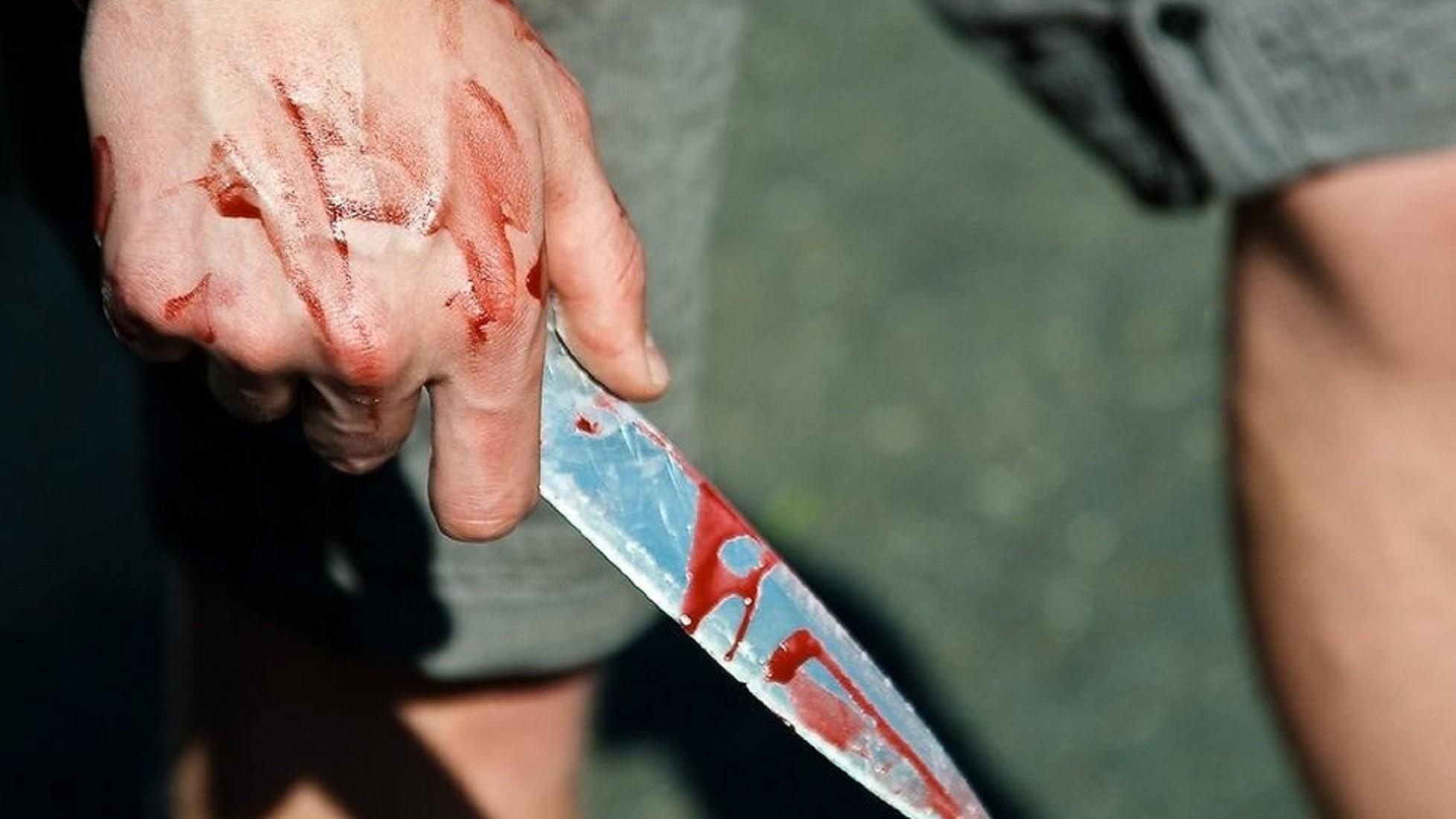 В КЧР мужчина ударил знакомую ножом