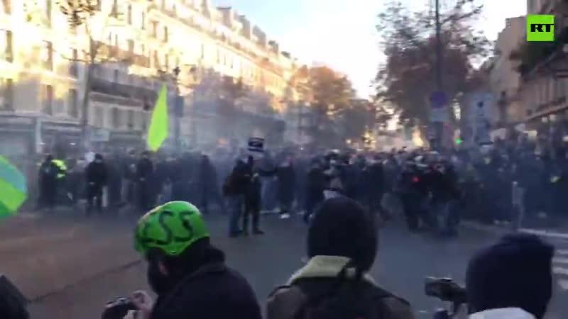 В Париже новый протест и массовые столкновения с полицией