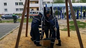 В Липецке спасатели освободили застрявшего в качелях подростка