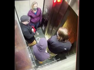 Покашлял на деда в лифте и получил люлей. США