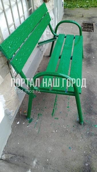 Коммунальщики починили лавочку на Моршанской