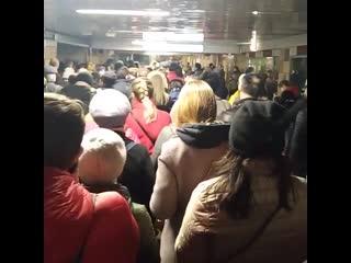 В первый день пропускного режима в Москве на входах в метро образовались огромные пробки
