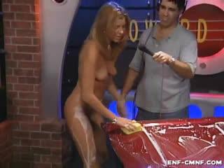 Беззаботное CMNF-видео – голые девушки показывают, как они моют машины, на телешоу