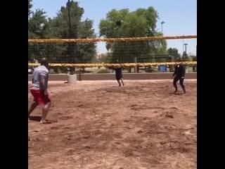 Парни играют в волейбол очень тяжелым мячом gfhyb buhf.n d djktq,jk jxtym nz;tksv vzxjv gfhyb buhf.n d djktq,jk jxtym nz;tksv vz