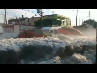 Из-за сильного града город Гвадалахара в Мексике накрыло метровым слоем льда