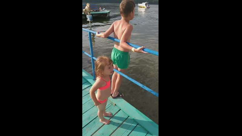 Аскар научился нырять
