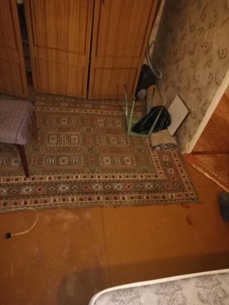 Соседей в камышинской пятиэтажке шокировала кровавая рана в 8 сантиметров на голове избитого мужчины - след от удара табуретом