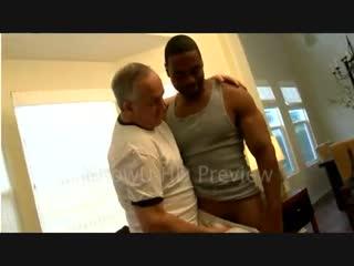 Старый дед занялся сексом с темнокожим молодым парнем [гей порно секс русские анал парни gay porno геев смотреть молодые член]