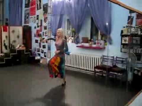 Amatue танцует под музыку от насекомых