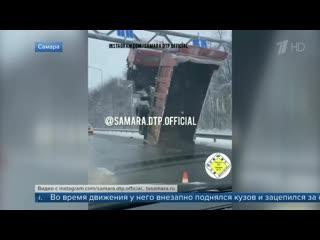На Волжском шоссе в Самаре многотонный грузовик буквально встал на дыбы