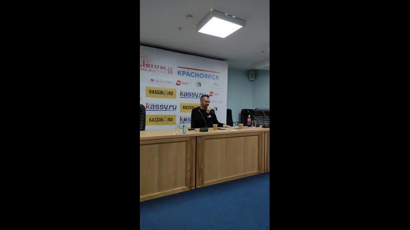 Генеральный директор Universal Music Дмитрий Коннов общается с музыкантами на музыкальном форуме в Красноярске