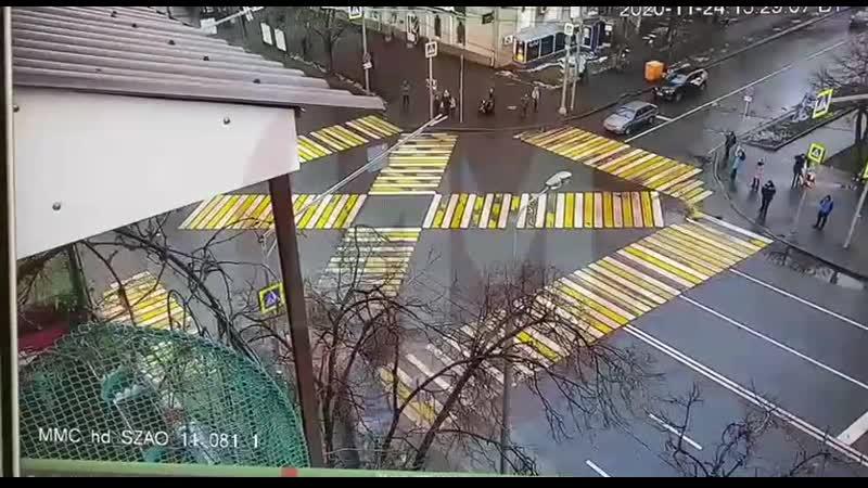 Камера запечатлела как внедорожник после ДТП вылетел на тротуар и снёс пешеходов в Москве