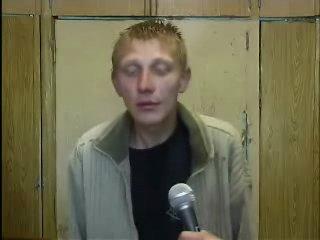 нарик залип,по поведению употребляет героин,сидел в тюрьме,обратите внимание на наколку на плече,его опустили на зоне
