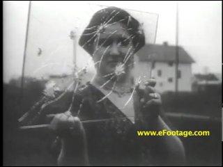 Муж тестирует пуленепробиваемое стекло на своей жене