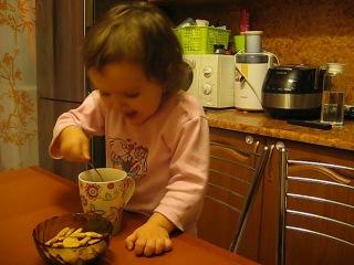 Лиза пьет чай))))