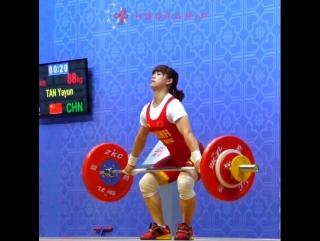 Tan yayun (-48kg) snatching 88kg/194lb at the 2016 asian championships.