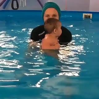 Какой молодец ! Прям как рыбка плавает! А вы ходите с малышом в бассейн