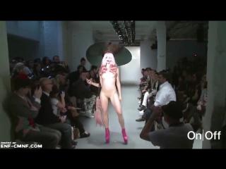 Показ мод с голыми моделями