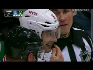 Шайба залетела хоккеисту под визор и застряла / Gotta See It: Girardi gets puck wedged under visor