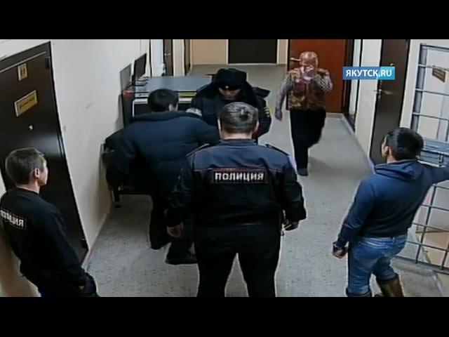 В Усть-Алданском районе нападение на полицейского сняла камера наблюдения