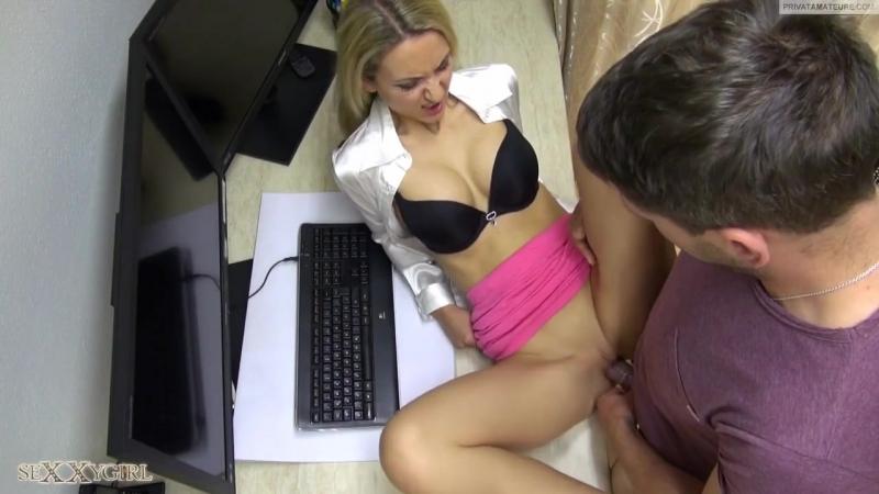 Видео сотрудница в чулках навестила коллегу в номере ласкать