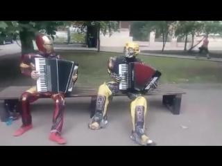 Тони Старк и Бамблби в России (6 sec)
