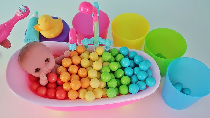 Baby Doll Bath Time with BubbleGum and Cups Playing Strollers for Kids / Куклы Пупсики - Зырики ТВ