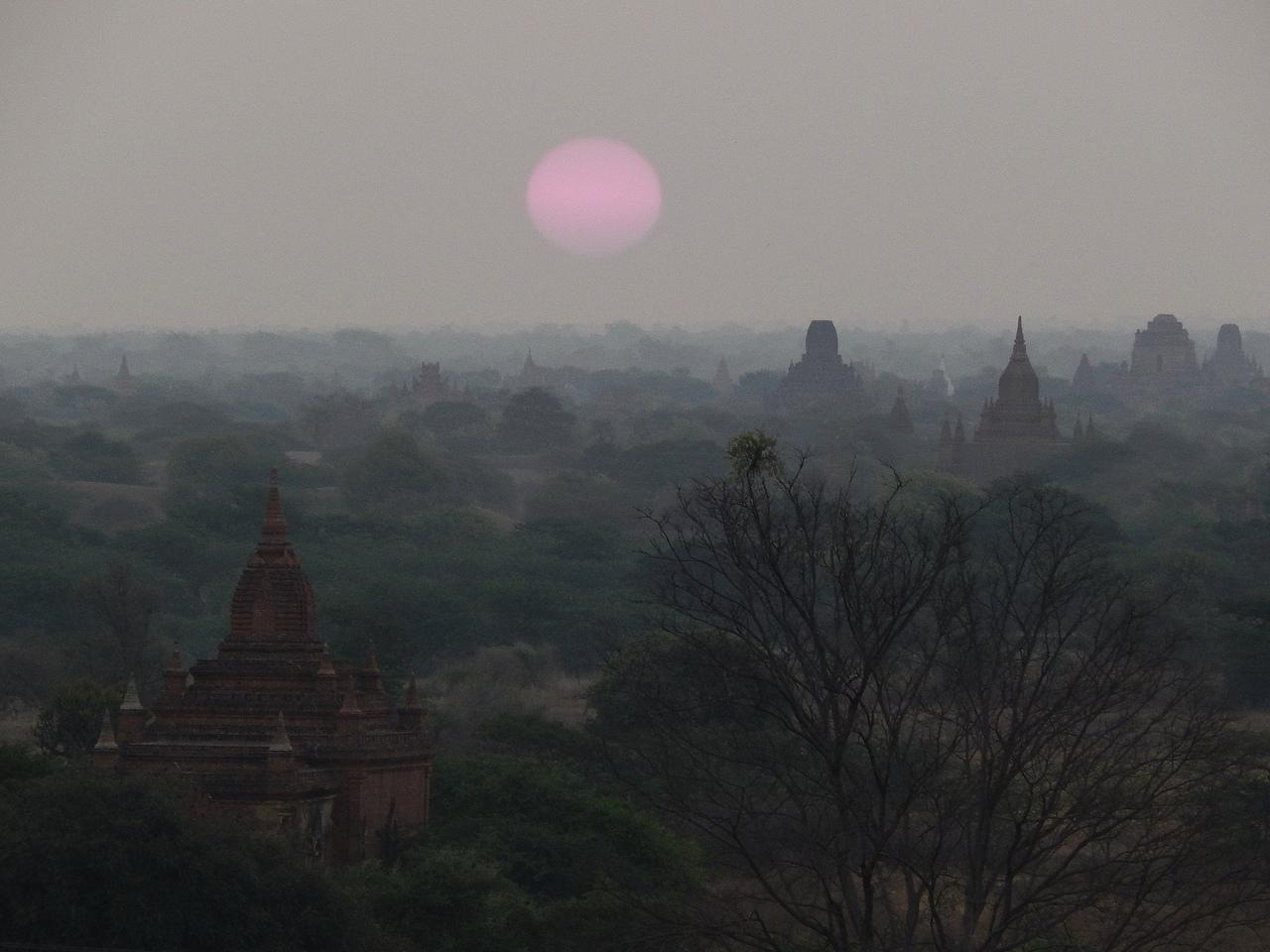 Мьянма. Рассвет в Багане.