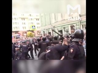 Драка митингующих с полицейскими в Москве
