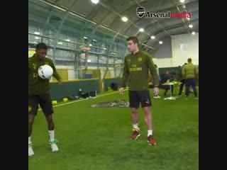 """Футболисты """"Арсенала"""" пасуются с колокольчиками на ногах"""