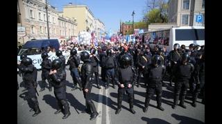 Первомайская демонстрация в Петербурге. ОМОН следит за колонной объединенных демократических сил