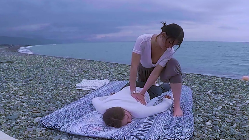 Тайский массаж спины ягодицами для глубокого расслабления мышц спины и ног.