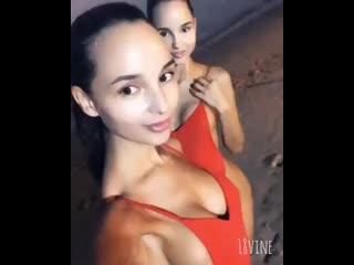 Красивые сестра близняшки, стройные Фитоняшки на берегу моря