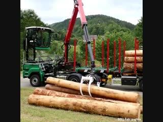 Это транспортное средство замечательно в перевозке древесины