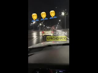 Девушка высунулась из окна авто и сняла видео