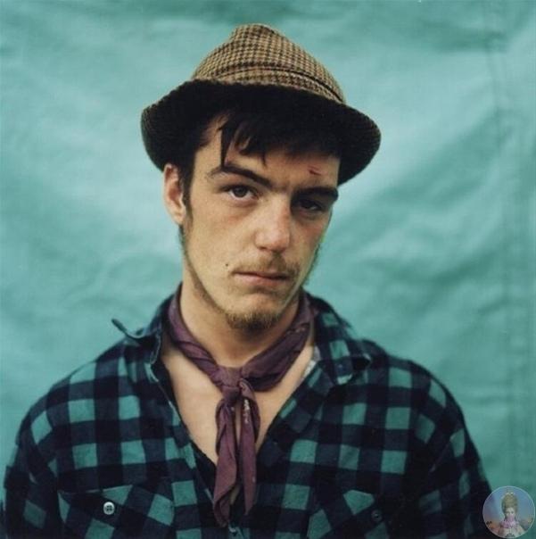 В 1986 году компания панков-анархистов, протестующих против политики властей, покинула Лондон и начала по примеру цыган вести кочевой образ жизни