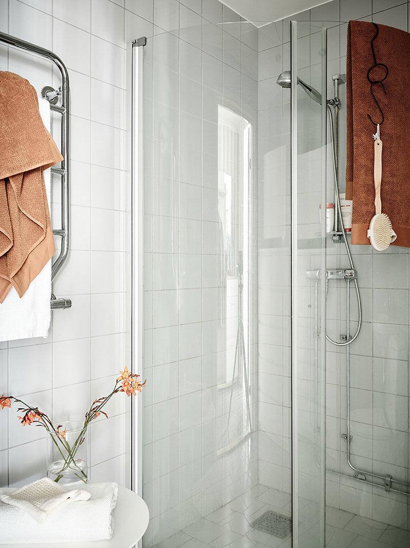 Небольшая светлая двухкомнатная квартира с балками в Швеции (50 кв.