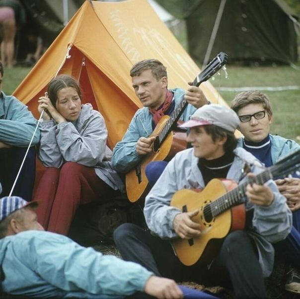 Туристы.... Ходили в поход, да с гитарами .Спасибо за и подписку